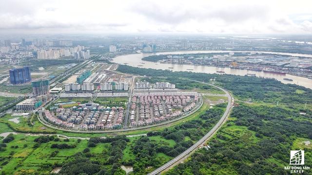 Khu vực dự kiến xây cầu Thủ Thiểm 4 nhìn từ khu đô thị Thủ Thiêm. Trong tương lai, Thành phố sẽ đầu tư cảng mới, di dời cảng Tân Thuận. Đơn vị đề xuất dự án sẽ chịu trách nhiệm phối hợp thực hiện xây dựng cảng mới tại Hiệp Phước, di dời cảng Tân Thuận và đầu tư Xây dựng cầu Thủ Thiêm 4.