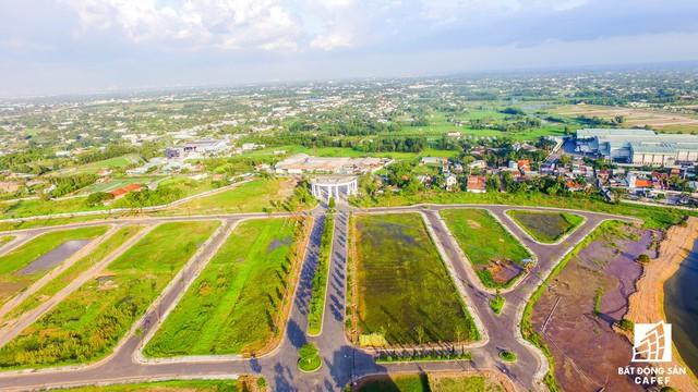 Khu thành thị 5 sao tọa lạc ở địa điểm kết nối giao thông khá thuận lợi có TP.HCM. Ngoài tuyến quốc lộ 1A, thì xa lộ Bến Lức - Long Thành sắp đưa vào sử dụng, nhưng công đoạn khu thành thị khá chậm.