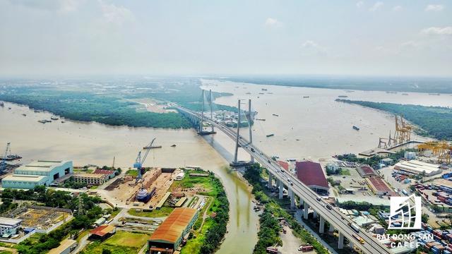 Khu cảng Rau quả Sài Gòn nằm dọc bờ sông Sài Gòn. Dù nơi đấy đã có cầu Phú Mỹ nhưng lưu lượng xe ra vào cảng quá lớn vẫn làm tắc nghẽn giao thông không ngừng nghỉ