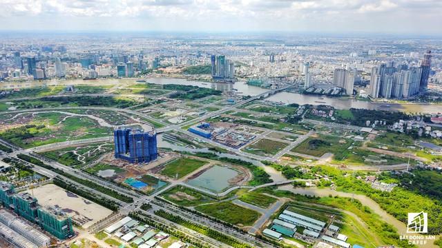 Hệ thống hạ tầng giao thông kết nối các khu vực trong khu đôthi5 Thủ Thiêm đã được đầu tư khá đồng bộ. Hiện chủ đầu tư đang áp dụng đẩy nhanh công đoạn thị công dự án cầu Thủ Thiêm 2, cầu bộ hành nối Thủ Thiêm có quận 1.