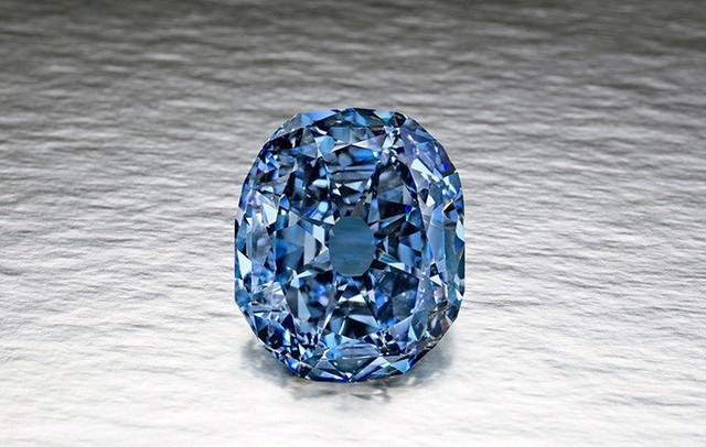 1. Viên kim cương Wittelsbach-Graff (80 triệu USD, tương đương 1.816 tỷ đồng): Viên kim cương mang màu xanh biển hiếm có nặng đến 35.56 carat. Hiện thuộc sở hữu của hoàng gia Qatar.