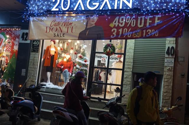 Dạo qua các con phố Hà Nội đâu đâu cũng thấy không khí Giáng Sinh tràn ngập với những băng rôn, biển quảng cáo đa sắc màu càng làm rộn lên không khí Noel tràn ngập.