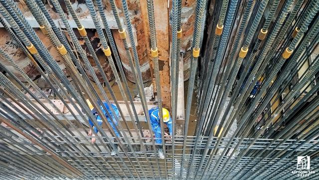 Hàng ngày, cả trăm công nhân phải làm việc trong môi trường độ sâu hàng chục mét, ăn uống và ngủ nghỉ cầm chừng ngay ở chỗ