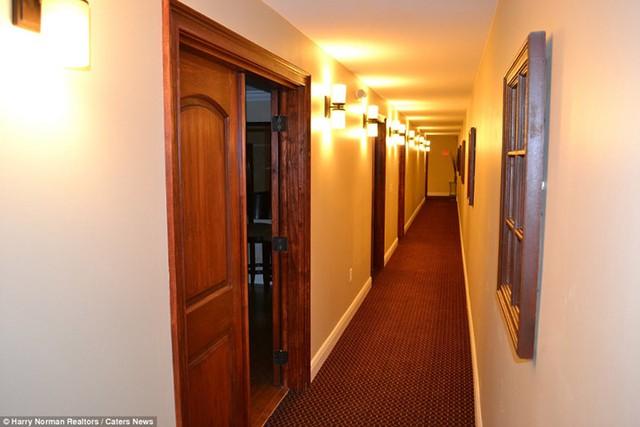 Hầm có 2 tầng, tầng 1 gồm phòng chiếu phim, phòng chơi game, phòng học và phòng hội thảo.