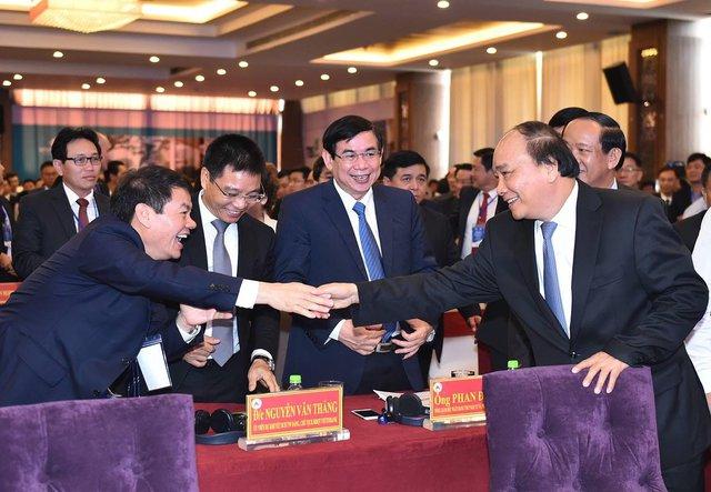 Thủ Tướng Nguyễn Xuân Phúc bắt tay ông Trần Bá Dương - chủ tịch tập đoàn Thaco, tại hội nghị xúc tiến đầu tư Quảng Nam ngày 26/3/2017