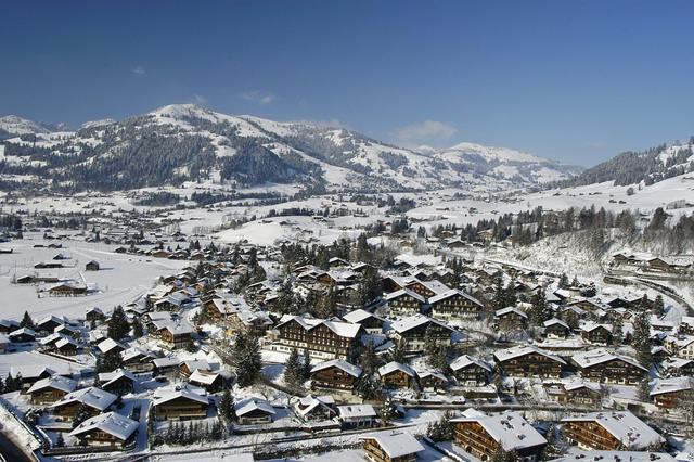 Học sinh của Le Rosey sẽ nghỉ đông từ tháng 10 đến tháng 12. Sau kỳ nghỉ Giáng sinh, họ bắt đầu đến một khu trường khác thuộc thị trấn Gstaad để tham dự khóa học mùa đông. Đây là một truyền thống của trường đã có từ thế kỷ 16.