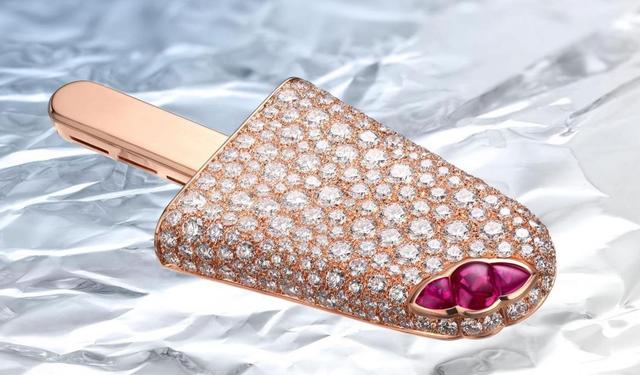 Chiếc kem ngọt ngào này được chế tác từ vàng hồng 18k, kim cương và đá ruby.
