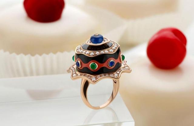 Chiếc nhẫn được thiết kế theo hình dáng một món tráng miệng của Ý.