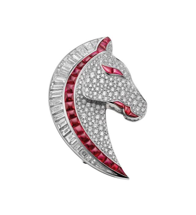 Chiếc trâm cài tóc hình ngựa được khảm đá rudy và kim cương.