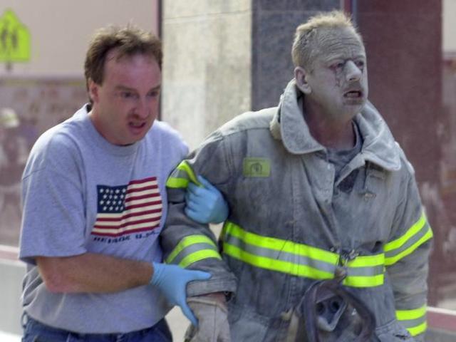 Hình ảnh một người lính cứu hộ trong thảm họa.
