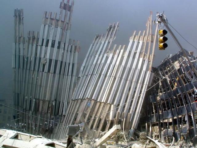 Tòa tháp hiện đại phút chốc trở thành một đống đổ nát.