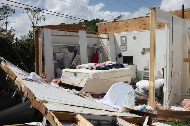 Những ngôi nhà bị phá hủy, đường dây điện bị gió giật đứt, những chiếc ô tô bị nhấn chìm trong mua. Một công viên có những ngôi nhà di động ở Naples, Florida đã gần như bị san bằng.