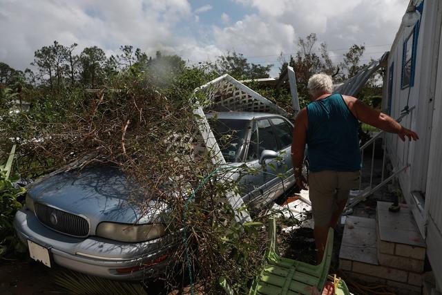 Ô tô, thuyền cũng bị tàn phá nghiêm trọng. Jorrge Gonzalez, hàng xóm của Maida Esteves và chiếc xe hơi bị tàn phá nặng nề bởi cơn bão.