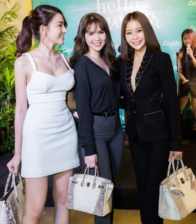 Là chiếc túi không dễ gì có được, song Hermes Himalayan Crocodile Birkin có giá tiền tỷ lại xuất hiện trên tay 3 người đẹp Việt trong cùng một sự kiện.