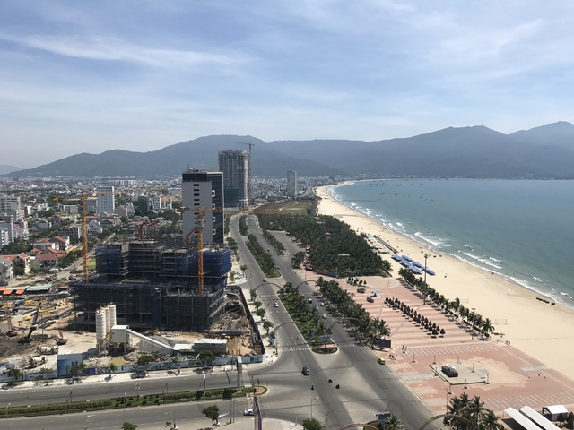 Tuyến các con phố Võ Nguyễn Giáp chạy dọc dao động hơn 10km các con phố bờ biển Đà Nẵng là nơi có tỷ lệ dự án căn hộ cao tầng khách sạn dày đặc nhất ở TP. Đà Nẵng GĐ này.