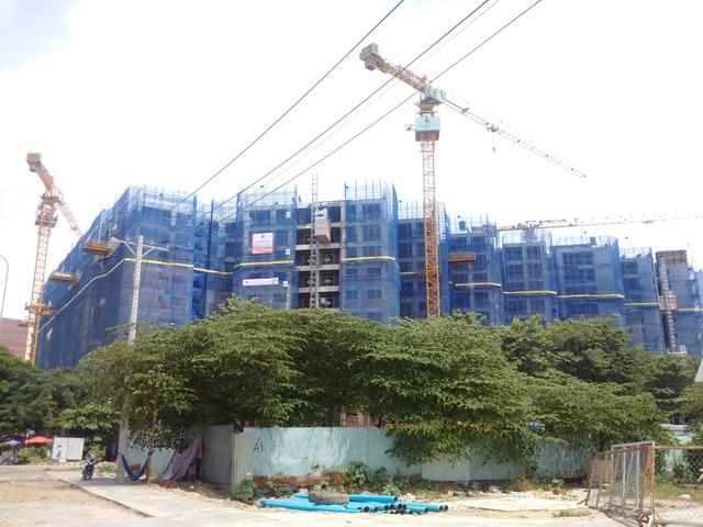 Nhiều dự án chung cư nằm dọc trục các con phố Tân Kỳ- Tân Quý dẫn thẳng đến nghĩa trang đang gấp rút thi công
