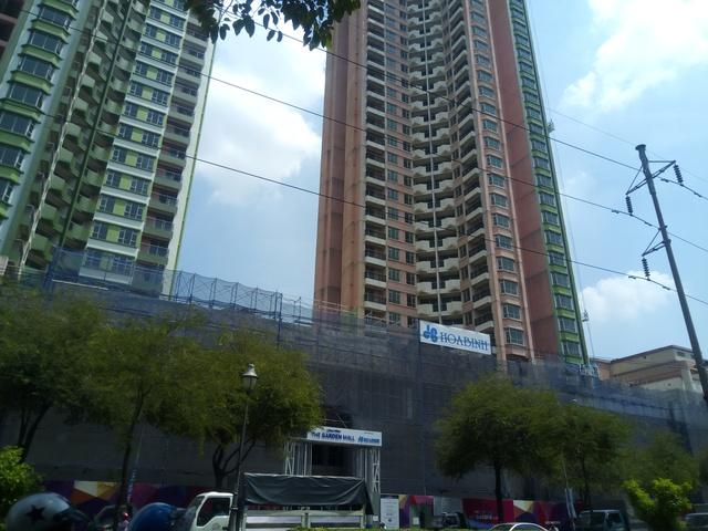 Công trường phần đế trung tâm thương mại Thuận Kiều Plaza đang xây dựng. Hệ thống tháng máy cũ kỹ được trang bị mới hoàn toàn. 3 tầng TTTM sẽ được lắp kính trong suốt chứ không phải xây tường kín như trước.