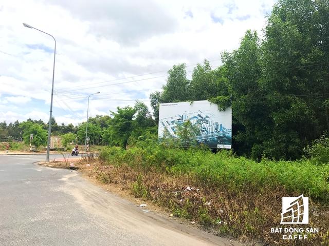 """Một dự siêu dự án khác cũng nằm """"mắc kẹt"""" nhiều năm trời tại đây là dự án Đông Sài Gòn với diện tích 942 ha, có vốn vốn đầu tư lên đến 6 tỷ USD. Dự án này do Công ty Cổ phần Đầu tư Nhơn Trạch (liên doanh giữa Công ty TNHH MTV Tín Nghĩa và Công ty Cao su công nghiệp Đồng Nai) làm chủ đầu tư. Hiện tại, dự án này vẫn được bao quanh bởi rừng cao su. Bên trong dự án, nhiều hạng mục hạ tầng vẫn đang dở dang."""
