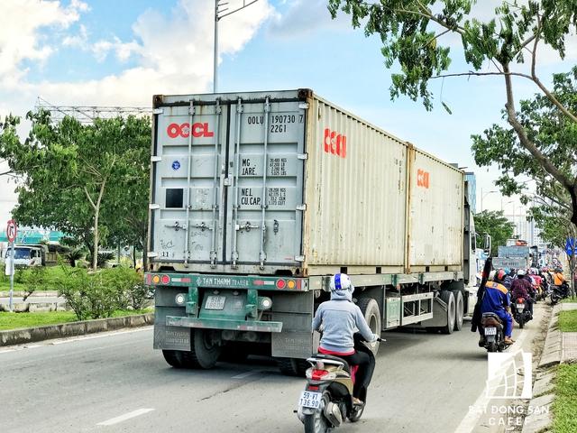 Nhiều người cảm thấy bất an khi chạy xe cùng làn đường với hàng loạt xe container gầm rú inh ỏi trên hướng vào cảng Cát Lái