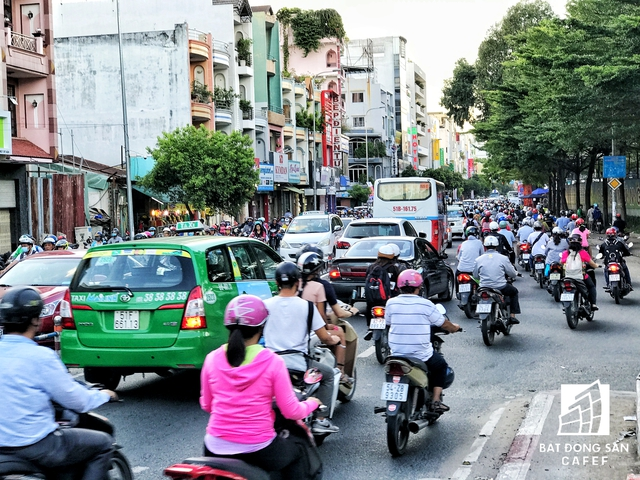 Hàng ngày, mọi người phải chen chút nhau trên con đường này, sáng từ 6-7h và chiều từ 4h-6h