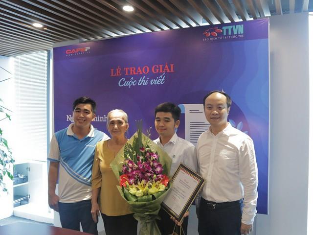 Tác giả Trần Hoài Phong nhận giải đặc biệt cùng với mẹ và em trai
