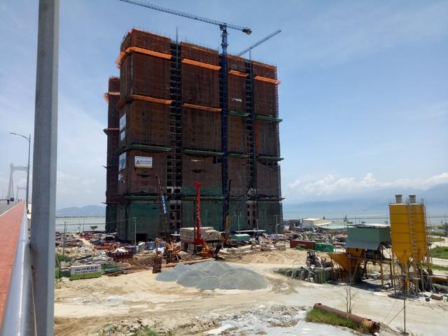 Dự án khách sạn Hòa Bình Xanh nằm ngay chân cầu Thuận Phước vừa áp dụng cất nóc, dự kiến sẽ hoàn thành phần thô trong cuối quý 3 này.