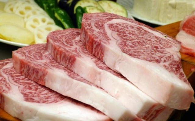Được mệnh danh là những con bò ăn cỏ non, nghe nhạc giao hưởng, thịt bò Kobe của Nhật Bản được xem là loại đắt đỏ nhất thế giới (Ảnh: foodbeast)