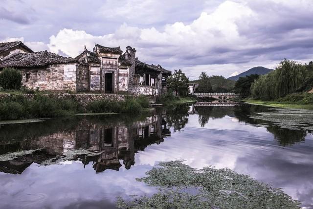 Dự án bảo tồn do doanh nhân Ma Dadong dẫn đầu. 50 ngôi nhà trong làng, hầu hết có tuổi đời đến từ 300 đến 500 năm tuổi, được trùng tu để trở thành khung nghỉ dưỡng sang trọng Tuy nhiên vẫn giữ nguyên kiến trúc cổ. Chúng được hồi sinh sau thời gian dài bị mưa nắng , và thời gian bào mòn.