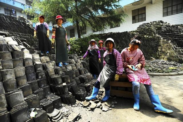 Với quyết tâm bảo tồn ngôi làng, Ma đã thuê công nhân phá dỡ toàn bộ 50 ngôi nhà cổ trong làng, vốn được xây dựng chỉ bằng gạch nung và đá. Những công nhân đếm đã được mỗi căn hộ có 100.000 Viên gạch các loại. Chúng đã được để riêng , và đưa tới bảo quản trong một nhà kho ở Thượng Hải để bảo tồn. Sau này, chính những vật liệu này được dùng để xây dựng lại những ngôi nhà ở vùng đất cao ráo hơn.
