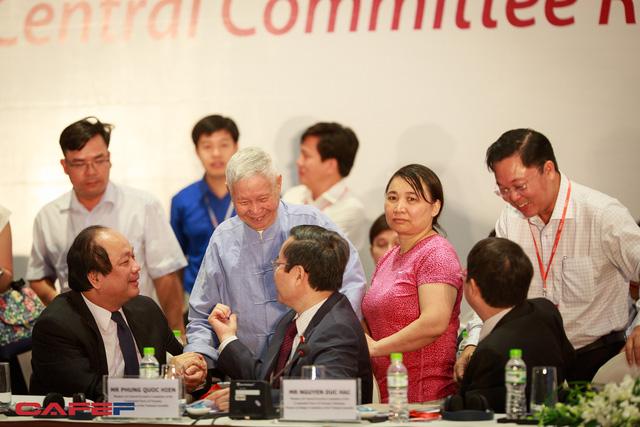 Năm nay, Giáo sư Cát đã 90 tuổi và là Tổng biên tập đương nhiệm cao tuổi nhất Việt Nam. Trước khi hội nghị bắt đầu, Giáo sư Đào Nguyên Cát bắt tay chào hỏi một số đại biểu. Trong ảnh, Giáo sư Cát chào hỏi Bộ trưởng, Chủ nhiệm văn phòng Chính phủ Mai Tiến Dũng và Phó Chủ tịch Quốc hội Phùng Quốc Hiển.
