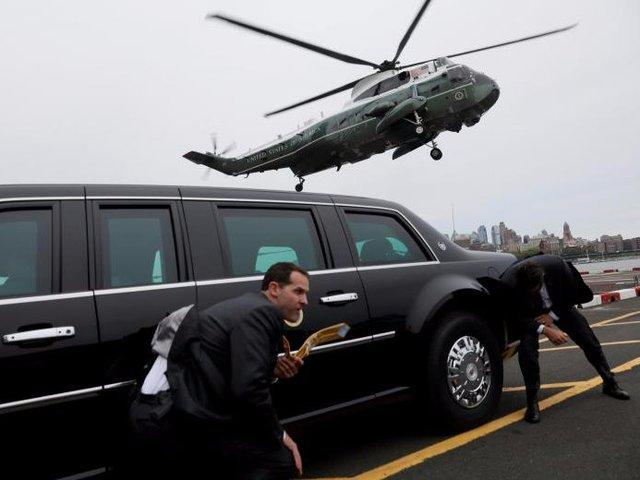Mật vụ núp bên cạnh chiếc chuyên xa có biệt danh Quái thú khi trực thăng trở Tổng thống Trump hạ cánh xuống New York hôm 4/5.