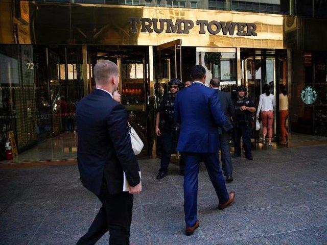 Ngoài ra, mật vụ Mỹ còn chịu trách nhiệm bảo vệ Tháp Trump, nơi có tư dinh của gia đình tổng thống ở tầng áp mái. Nhiều tháng sau khi ông Trump nhậm chức, đệ nhất phu nhân Melania và con trai vẫn ở lại đây để chờ hết năm học.