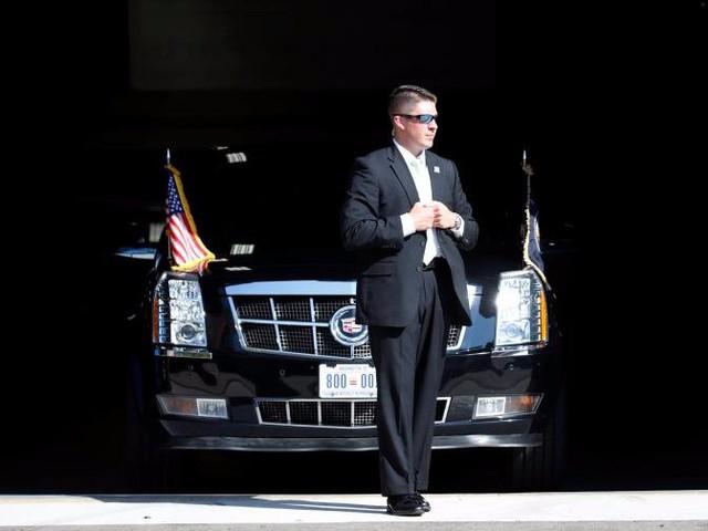 Một mật vụ đứng gần chiếc xe của Tổng thống Trump khi ông tới thăm trường Cao đẳng Kỹ thuật Waukesha tại Pewaukee, Wisconsin hôm 13/6.
