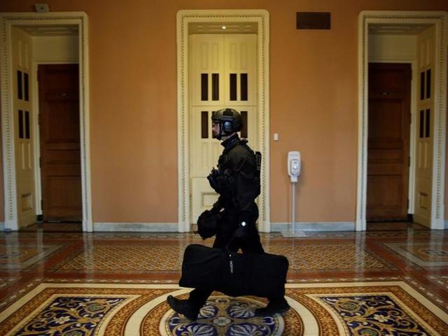 Mật vụ chuyên trách bắn tỉa di chuyển bên trong Đồi Capitol tới nơi được chỉ định để bảo vệ an ninh cho lễ tuyên thệ nhậm chức của Tổng thống Trump hôm 20/1.