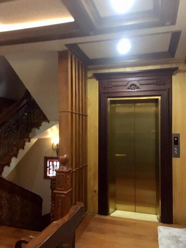 Căn biệt thự dù chỉ có 4 tầng nhưng vẫn có thang máy để gia chủ di chuyển thuận tiện.