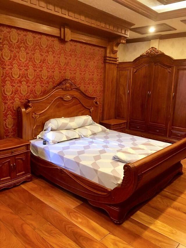 Phòng ngủ với nội thất hoành tráng không kém của chủ nhân.