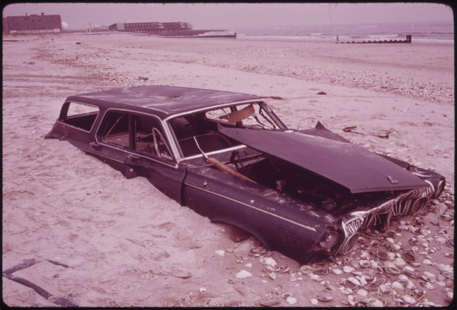 Một chiếc xe bị vứt ở bãi biển thành phố New York. Chúng dạt lên bờ sau khi rác thải bị người ta ném xuống Đại Tây Dương.