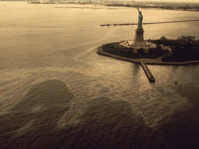 Nước biển xung quanh nơi đặt Tượng nữ thần tự do nổi váng dầu loang.