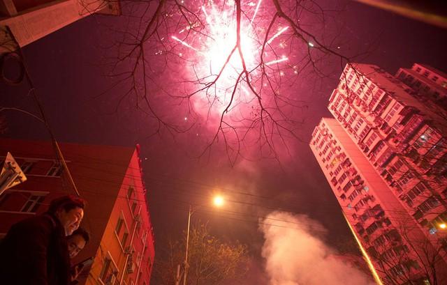 Pháo hoa trên bầu trời thủ đô Bắc Kinh, Trung Quốc trong đêm giao thừa chuyển giao năm cũ và năm mới. Ảnh: AP