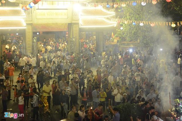 Người dân Việt Nam đón năm mới Đinh Dậu 2017. Ảnh: Zing.vn