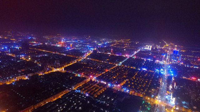 Thành phố Dương Châu, tỉnh Giang Tô, miền đông Trung Quốc, sáng rực bởi ánh đèn trang trí chuẩn bị đón năm con gà. Ảnh: China Daily