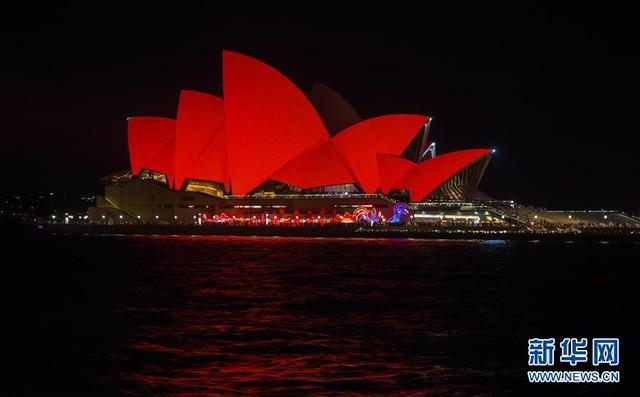 Nhà hát Opera Sydney chuyển sắc đỏ mừng năm mới âm lịch. Ảnh: Xinhua