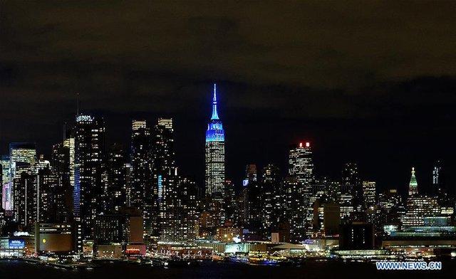 Đỉnh tòa nhà Empire State, New York, Mỹ chuyển màu chào đón tết âm lịch. Hệ thống đèn đặc biệt được bố trí trên đỉnh tòa tháp và khiến nó có một diện mạo mới trong đêm 26 và 27/1. Ảnh: AP