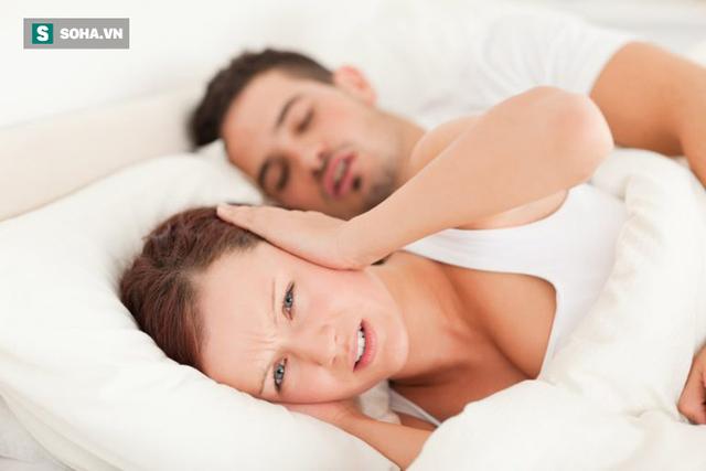 Ngủ ngáy có thể tạo ra vấn đề khó chịu cho bạn cùng giường. Ảnh minh họa