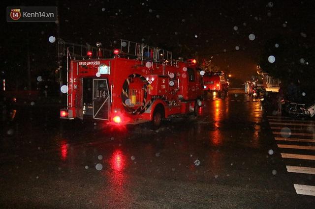 Hàng chục xe cứu hỏa được tăng cường đến hiện trường để dập lửa