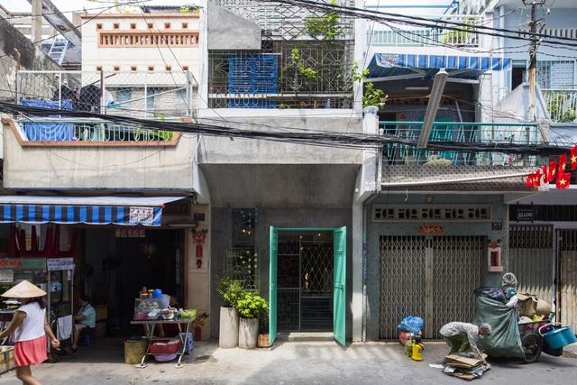 Ngôi nhà nằm trong 1 con hẻm ở tp Hồ Chí Minh. Với đặc trưng hẹp ngang và có chiều sâu khá dài nên vấn đề về thông gió , chiếu sáng rất đã được quan tâm