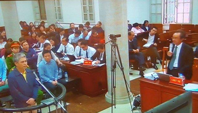 Nguyễn Xuân Sơn (trái) đang trả lời các câu hỏi của Luật sư bào chữa cho mình chiều 06/03.