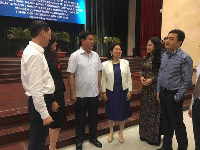 Bí thư Đinh La Thăng trao đổi với các đại biểu tại hội nghị