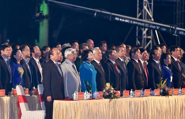 Thủ tướng Nguyễn Xuân Phúc cùng các đại biểu dự buổi lễ. - Ảnh: VGP/Quang Hiếu