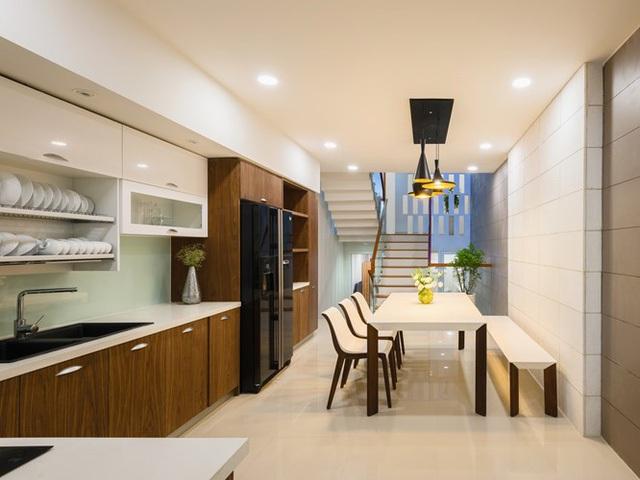 Căn bếp được thiết kế hiện đại với bộ bàn ăn trắng làm điểm nhấn cho ngôi nhà.